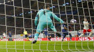 Tottenham et son gardien Hugo Lloris s'inclinent devant Leipzig avec un 2e but de Marcel Sabitzer en 8e retour de Ligue des champions, le 10 mars 2020 en Allemagne