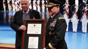 John McCain (à gauche) reçoit la médaille du civil extraordinaire de la marine, le 14 novembre 2017 au fort Myer d'Arlington, en Virginie.