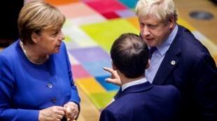 В своем заявлении Эмманюэль Макрон, Ангела Меркель и Борис Джонсон признают «дестабилизирующую роль Ирана в регионе» и, в то же время, призывают Тегеран вернуться к выполнению обязательств по т.н. «ядерной сделке».