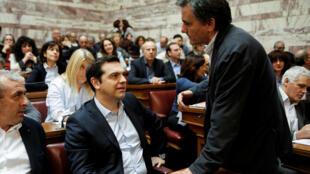 Alexis Tsipras, primeiro-ministro grego (e) e Euclide Tsakalotos, ministro das Finanças (d), durante sessão parlamentar em Atenas nesta sexta-feira, 6 de maio de 2016.