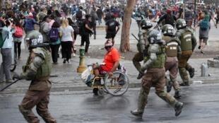 Heurts entre la police et les manifestants qui protestent contre le gouvernement chilien à Santiago, le 2 décembre 2019.