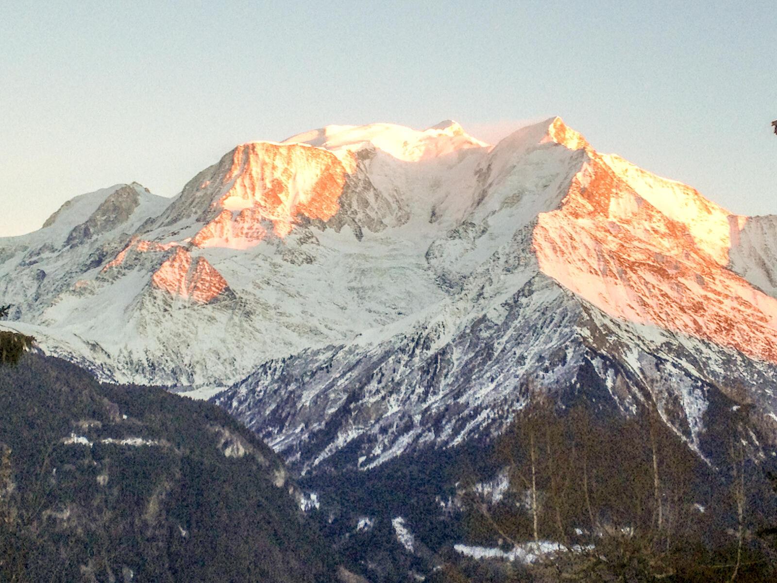 Вершина Монблана расположена на территории французского города Сен-Жерве.