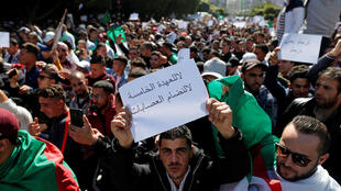 Десятки тысяч алжирцев вышли на улицы столицы 1 марта 2019 года.