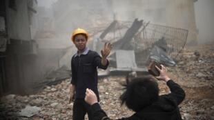 Một phụ nữ cố phản kháng lại các công nhân đập phá căn nhà của bà tại Quảng Châu. Ảnh chụp ngày 21/03/2012.