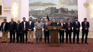 Le président afghan Ashraf Ghani annonce la libération de trois prisonniers dans un échange éventuel avec deux otages occidentaux, le 12 novembre 2019 à Kaboul.