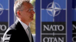 Le secrétaire général de l'OTAN, Jens Stoltenberg, entre dans le nouveau siège de l'OTAN à Bruxelles, en Belgique, le 7 mai 2018.