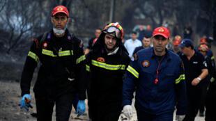 Hy Lạp : Toán cứu hộ đến làng Mati, gần thủ đo Athens, tìm kiếm thi hài nạn nhân cháy rừng. Ảnh 24/07/218.