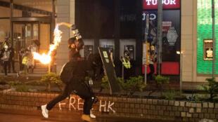 Протестующий бросает «коктейль Молотова» в Гонконге