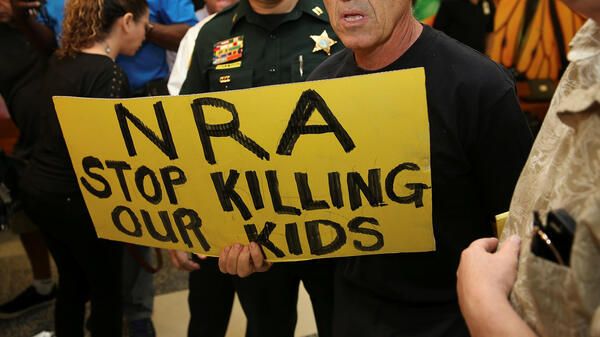 Des manifestants anti-armes à feu aux abords de la salle de tribunal où comparaît Nikolas Cruz, le jeune homme de 19 ans qui a abattu 17 personnes dans son ancien lycée de Parkland, en Floride, le 15 février 2018.