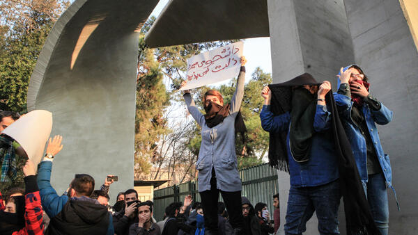 Manifestação de estudantes na Universidade de Teerã, no sábado, 30 de dezembro.