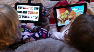 Uso excessivo de tablets pode prejudicar o desenvolvimento das crianças.
