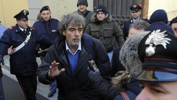 Bruno Leporatti, advogado do capitão Francesco Schettino, acusado pelo naufrágio do navio Costa Concordia, é interpelado pela imprensa após sair da corte de Florença, nesta terça-feira.