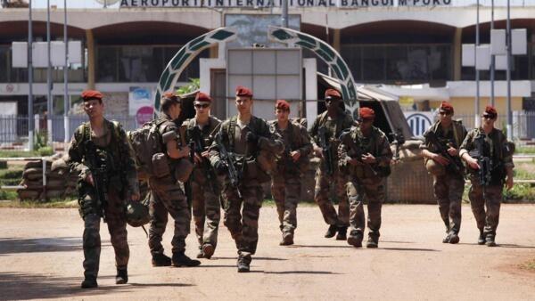Soldados franceses deixam a base militar no aeroporto internacional de Mpoko, em Bangui, neste sábado, 7 de dezembro de 2013.