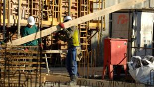 Des ouvriers sur un chantier, à Paris.