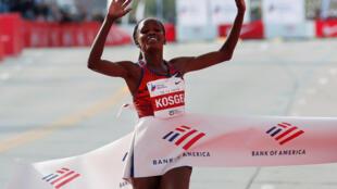 Le Kényane Brigid Kosgei a battu le record du monde féminin du marathon, ce 13 octobre 2019 à Chicago.