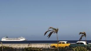 Một du thuyền ở ngoài khơi Cuba. Kể từ khi hai nước xích lại gần nhau, số du khách từ Mỹ đến Cuba đã tăng mạnh.
