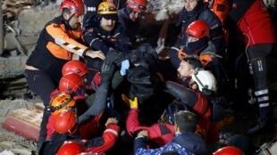 土耳其地震救援人员展开救援。