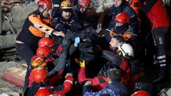 土耳其地震救援人員展開救援。