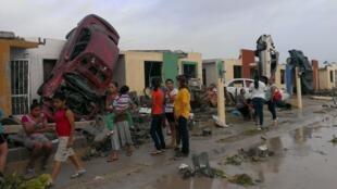 Carros destruíram os muros das casas na cidade de Acuña, atingida pelo terremoto