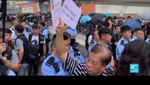 7月7日上万香港人安静游行走向西九龙高铁车站