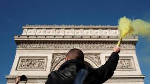 Manifestação no Arco do Triunfo em Paris.