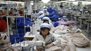 Công nhân Bắc Triều Tiên làm việc tại khu công nghiệp Liên Triều Kaesong (Ảnh chụp ngày 19/12/2013).