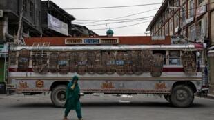 Lực lượng an ninh Ấn Độ dùng xe buýt chận đường tại Srinagar, sau khi New Delhi xóa bỏ quy chế tự trị của vùng Cachemire. Ảnh chụp ngày 11/08/2019.