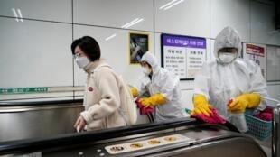 Funcionários de uma empresa especializada em desinfecção limpam uma estação de metro em Seul, na Coreia do Sul, em 28 de Fevereiro de 2020.