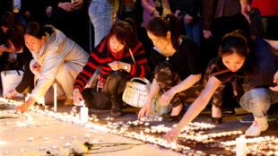 巴黎华人连日来悼念不幸丧生的刘少尧