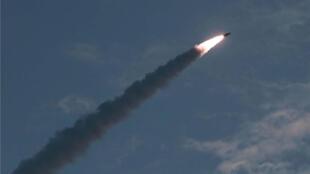 Một vụ phóng tên lửa tầm ngắn tại Bắc Triều Tiên. Ảnh KCNA đưa lên ngày 26/07/2018.