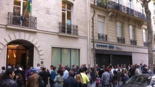 Fila em frente ao consulado brasileiro em Paris, neste domingo: cerca de 4 mil eleitores compareceram ao local para votar.