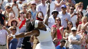 Serena Williams celebra su triunfo en la Final de Wimbledon contra  la española Garbine Muguruza.