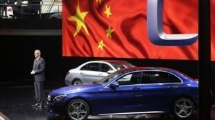 Présentation de la nouvelle Mercedes Benz C-Class Long Wheelbase au salon automobile de Pékin, le 20 avril 2014.