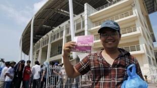 Một fan với vẻ mặt hân hoan sau nhiều giờ xếp hàng mua được vé xem trận CLB Arsenal - Tuyển Việt Nam ngày 17/07/2013. (Ảnh chụp trước sân vận động Mỹ Đình ngày 07/07/2013)
