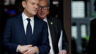 Les présidents du Conseil européen Donald Tusk (devant) et de la Commission européenne Jean-Claude Juncker, le 10 mars à Bruxelles.