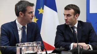 Le président français Emmanuel Macron et le ministre de la Santé Olivier Véran après une visite au centre de crise sanitaire CORRUSS, lors d'une rencontre sur le Coronavirus, le 3 mars 2020 à Paris.