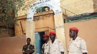 Des militaires devant la prison de Niamey (Photo d'illustration).