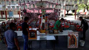 En Guerrero, estudiantes instalan un altar conmemorativo en memoria de los estudiantes desaparecidos de Ayotzinapa.