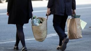 Un couple fait ses courses à Joinville-le-Pont, le 1er avril 2020 (image d'illustration).