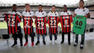 A la derecha, Walter Benítez presenta su camiseta del OGC Niza, el pasado 9 de agosto de 2016.