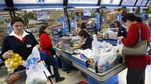 Depuis début janvier 2018, le sac plastique est payant en Grèce. Photo : un supermarché à Athènes.