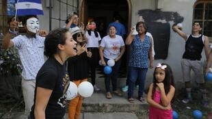Amaya Coppens tras su liberación, junto a su familia y sus amigos, este 30 de diciembre de 2019 en Esteli, Nicaragua.