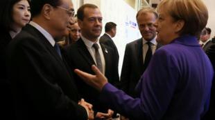 Thủ tướng Đức Angela Merkel (P) trao đổi với đồng nhiệm Trung Quốc Lý Khắc Cường (Li Keqiang) tại thượng đỉnh ASEM, Mông Cổ, ngày 15/07/2016