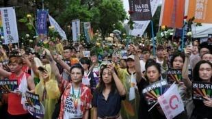"""Apoiantes do """"casamento para todos"""" concentrados junto do parlamento de Taipei esta Sexta-feira 17 de Maio de 2019."""