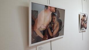 """Série de fotos """"Ajutila"""", do fotógrafo francês Hormoz, se concentra na experiência de pessoas com deficiência física que recorrem à assistência sexual."""
