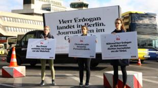 Protesto nas ruas de Berlim contra a visita do presidentes turco a Alemanha.