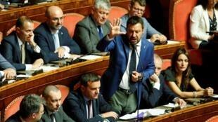 Le vice-Premier ministre italien et chef du parti de la Ligue, Matteo Salvini, à la chambre haute alors que le Sénat se réunit pour fixer la date d'une motion de censure au gouvernement, à Rome, le 13 août 2019.