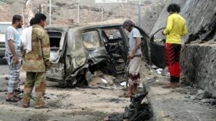 Обстрелянный автомобиль, в котором находился губернатор провинции Аден Джафар Мохаммед Саад, 6 декаюря 2015 г.