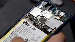 Tân trang điện thoại di động Huawei tại công ty Oxflo, 20/06/2019.