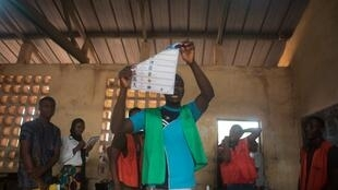 Des agents électoraux lors des opérations de dépouillement dans un bureau de vote de Lomé, le 22 février 2020.